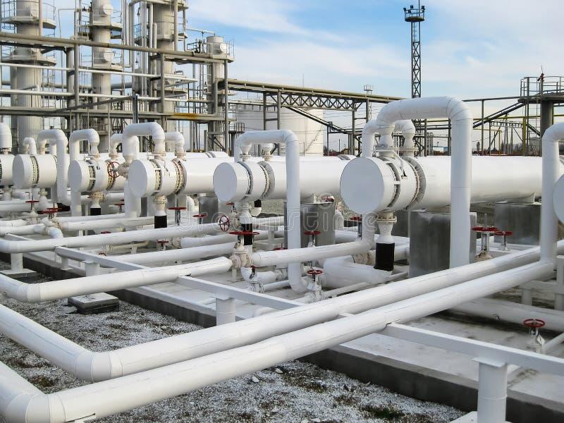 热转换器在精炼厂 石油精炼的设备 易燃液体的热转换器 主要赞成的植物 免版税库存照片