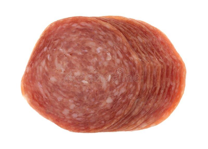 热那亚蒜味咸腊肠切片顶视图  免版税库存图片