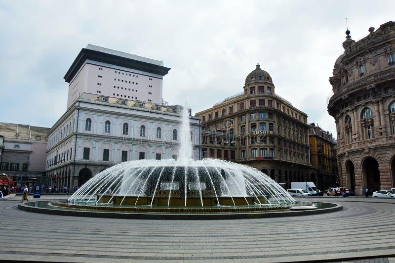 热那亚,意大利- 2017年6月15日:De法拉利广场全景在热那亚,城市的心脏有中央喷泉的 免版税图库摄影