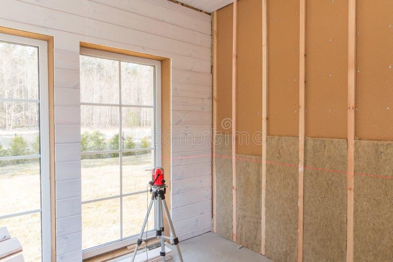 热量地绝缘环境木头有木纤维板材的木屋和热隔绝自然大麻的建筑工人 库存照片