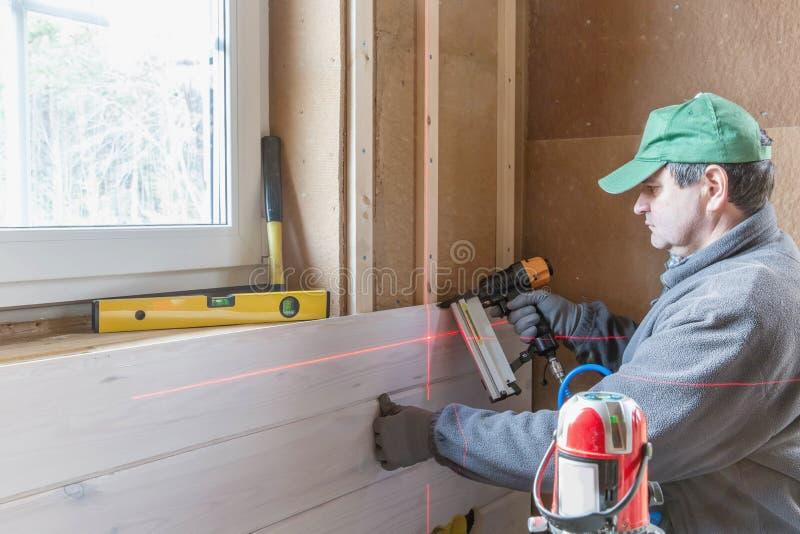 热量地绝缘eco木制框架房子的建筑工人 图库摄影