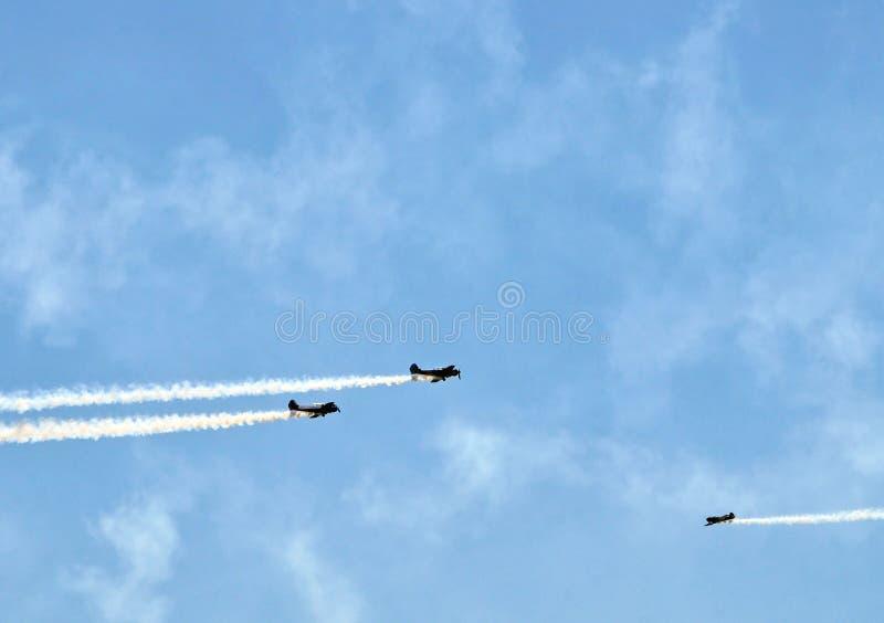 热量飞行表演:雅克-52飞行飞行的空中回旋 免版税库存图片