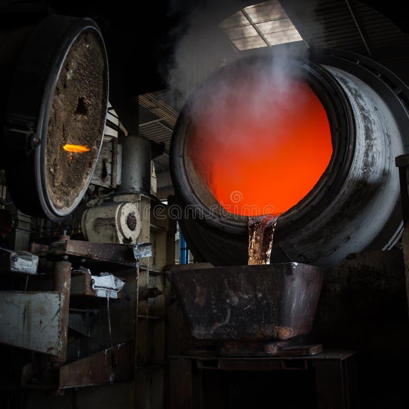 热钢倾吐在钢铁厂 库存图片