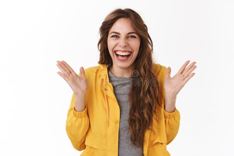 热闹惊奇 观看令人敬畏的表现拍手手的俏丽的傻的年轻愉快的女孩使大声笑发笑  免版税库存照片
