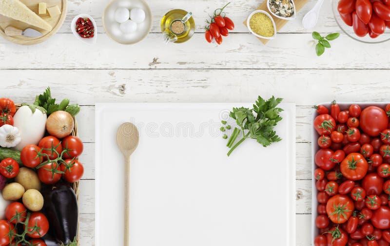 烹调上面概念食物,有菜的白色切板, 免版税库存照片