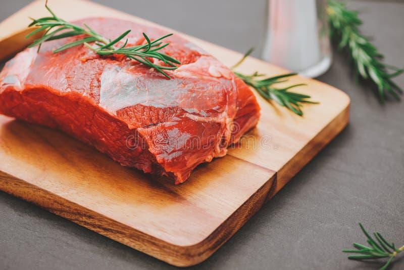烹调与成份的未加工的牛肉 与拷贝空间的顶视图 免版税库存照片