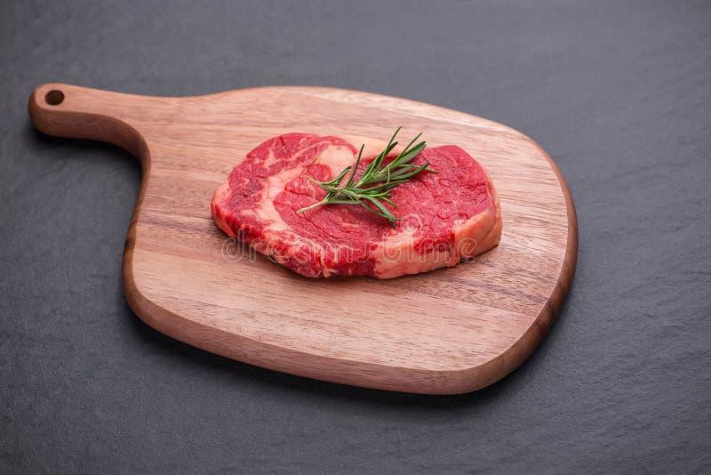 烹调与成份的未加工的牛肉 与拷贝空间的顶视图 免版税库存图片