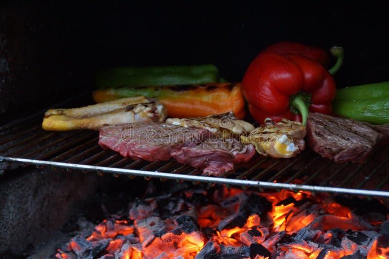 烹调与烤肉,夏天膳食  免版税库存照片