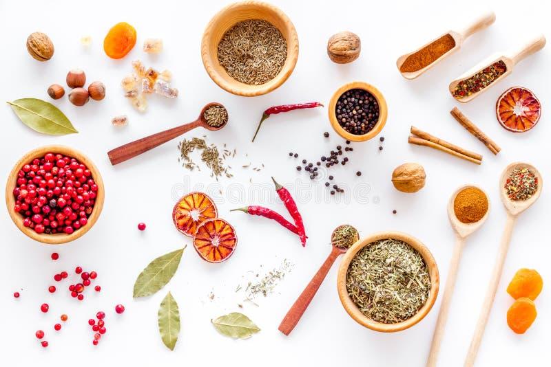 烹调与香料和干草本白色厨房书桌背景顶视图样式的辣食物 库存图片