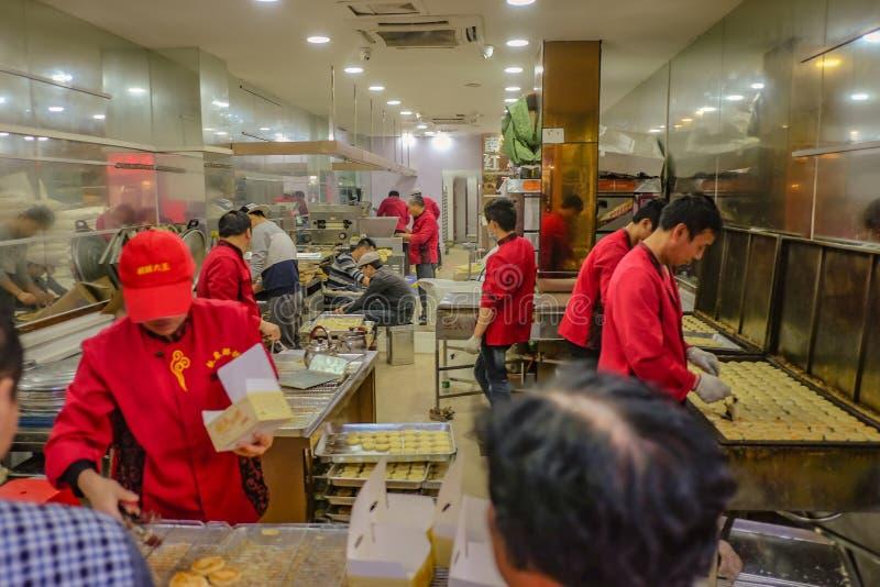 烹调中国酥皮点心的不知道中国厨师在厨房里 广州市中国 免版税图库摄影