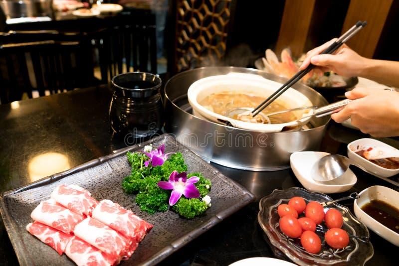 烹调中国shabu用西红柿和美味的牛肉肉 免版税库存图片