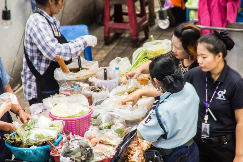 烹调为番木瓜沙拉食物的街头小贩在街道上的待售 绿色番木瓜沙拉是由切细的未成熟做的辣沙拉 库存图片