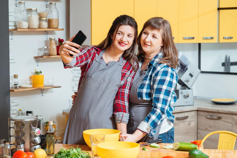 烹调乐趣协助的家庭家庭休闲 免版税库存照片