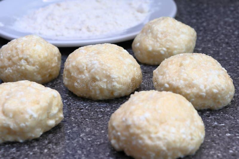 烹调乳酪蛋糕 从酸奶干酪面团,面粉的球 芬芳红润金黄与一个棕色外壳新近地烹调了糖浆凝乳 库存照片