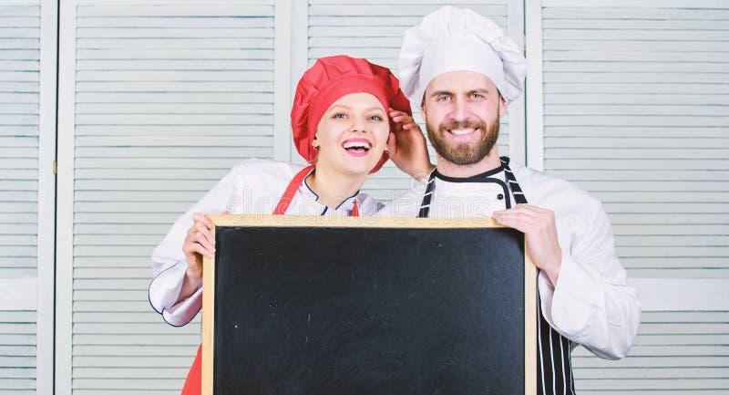 烹调今天的菜单 烹调盘的名单成份 家庭餐馆 很快开头 r 妇女和人厨师 免版税库存照片