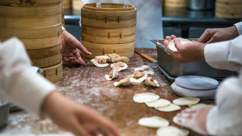 烹调传统食物的台湾队厨师 做饺子台湾的亚裔厨师 免版税库存照片