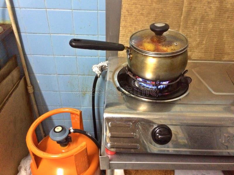烹调使用天然气的食物 图库摄影