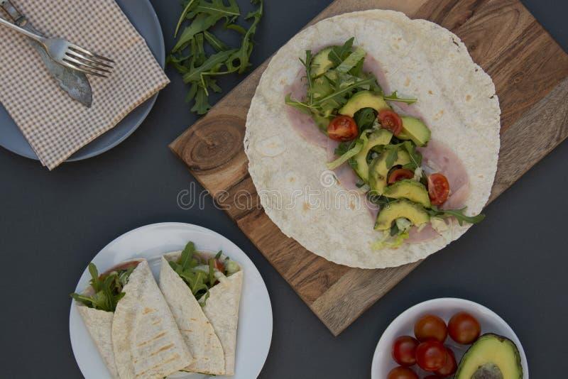 烹调健康鲕梨和菜面卷饼,套,rolles 早餐健康快餐 鲕梨三明治 复制空间 免版税库存照片