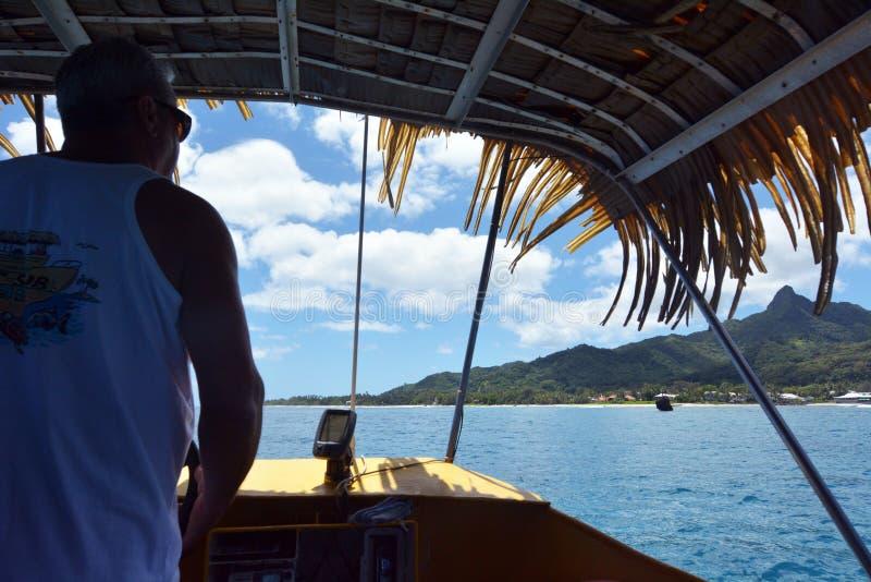 烹调到达到拉罗通加,库克群岛的岛民水手 免版税库存照片