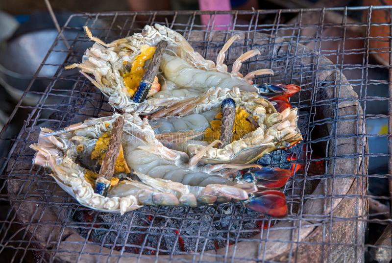 烹调午饭时间,特写镜头的烤肉格栅大虾烹调了海鲜食家格栅BBQ E 库存照片