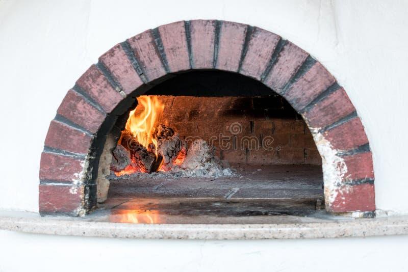 烹调和烘烤的薄饼的传统烤箱 库存图片