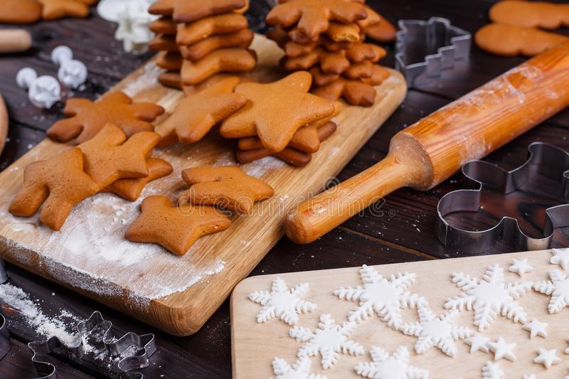 烹调和装饰圣诞节姜饼曲奇饼 被烘烤的厨师 库存图片