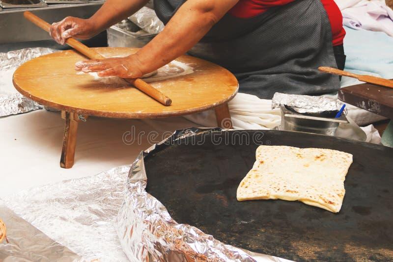 烹调土耳其薄煎饼gozleme的妇女 图库摄影