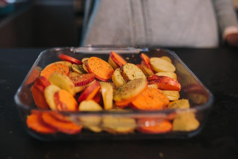 烹调土豆和地瓜 免版税图库摄影