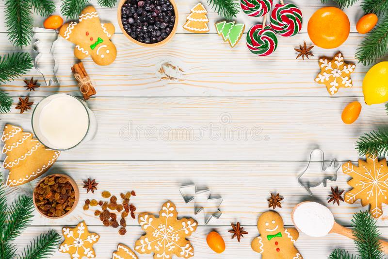 烹调圣诞节姜饼曲奇饼与成份、面团、糖果和冬天 图库摄影