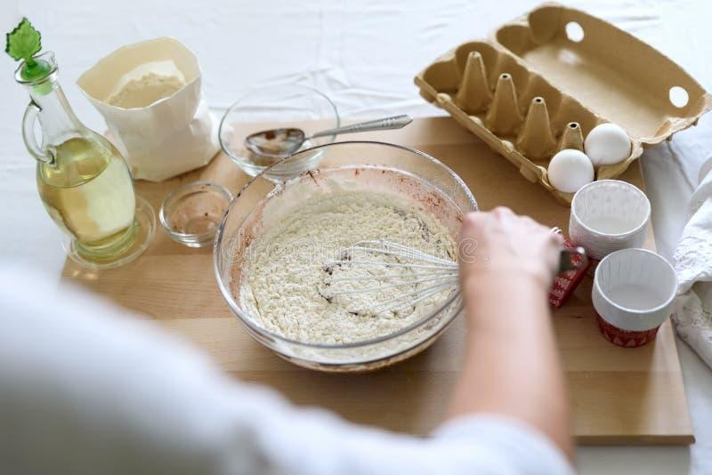 烹调圣诞节巧克力碎片松饼 混合烹调圣诞节巧克力碎片松饼 果仁巧克力的,杯形蛋糕混合的成份 免版税库存图片