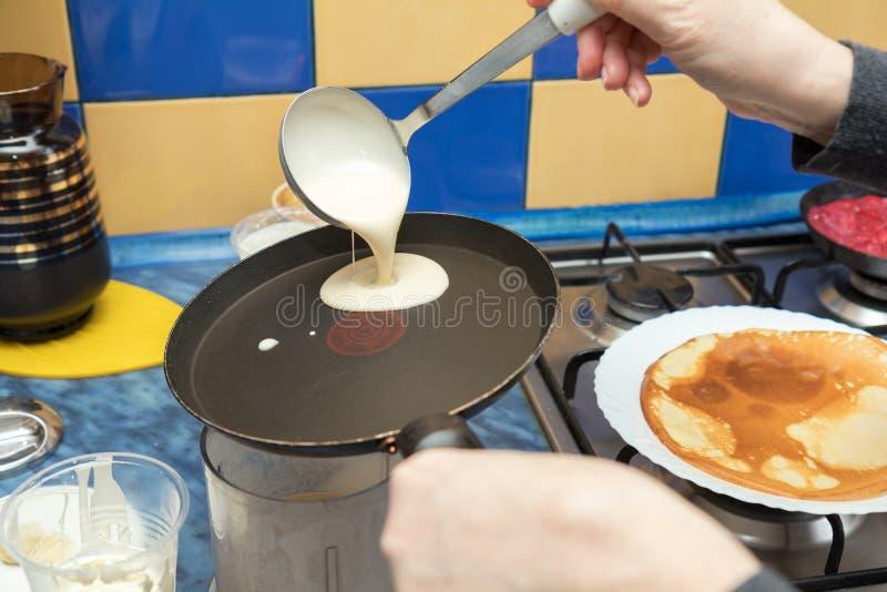 烹调在一个热的长柄浅锅的薄煎饼的过程 库存照片