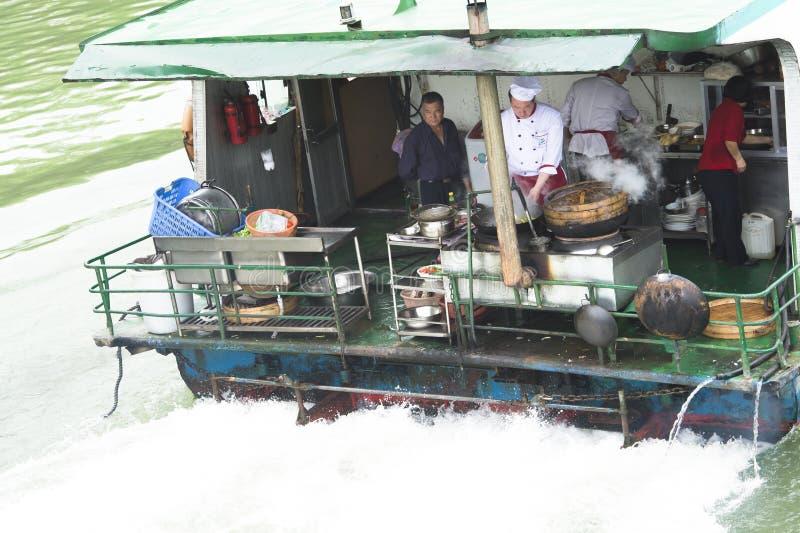烹调在一艘船在中国 免版税库存图片