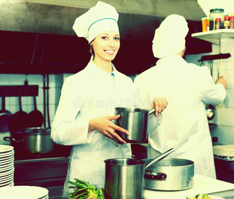 烹调在专业厨房的厨师 免版税库存图片