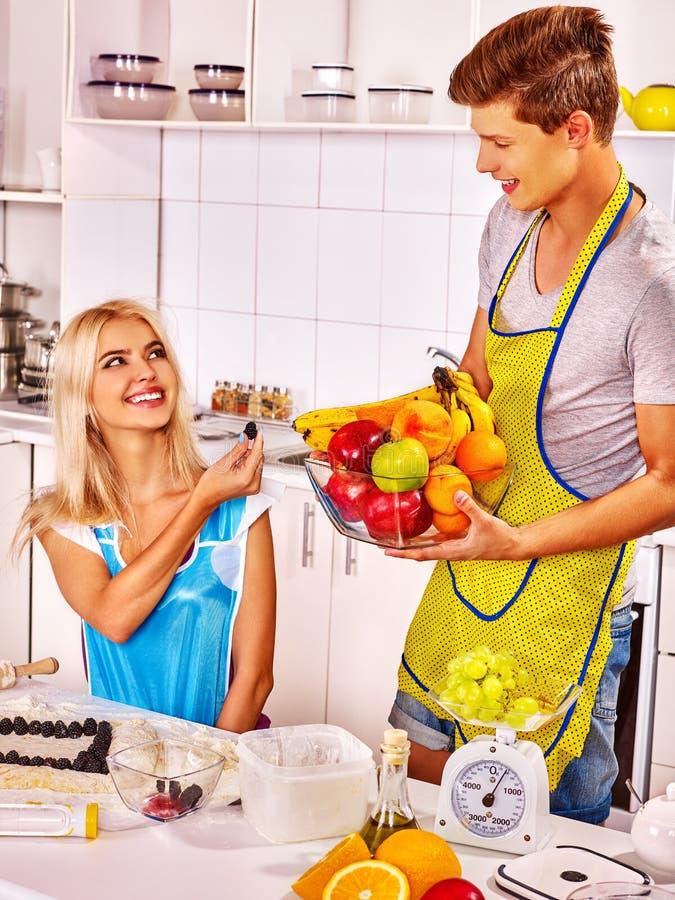烹调在厨房的年轻家庭 库存照片
