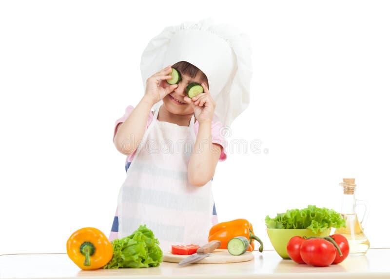 烹调在厨房的滑稽的厨师儿童女孩 库存图片