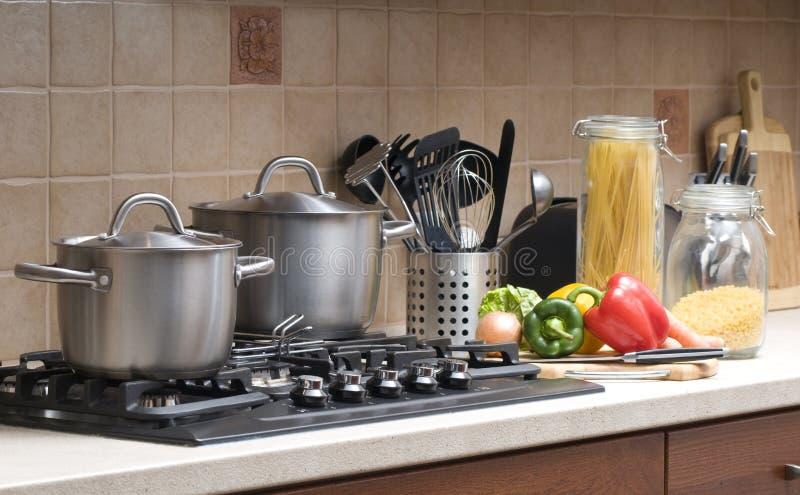 烹调在厨房里。 免版税库存图片