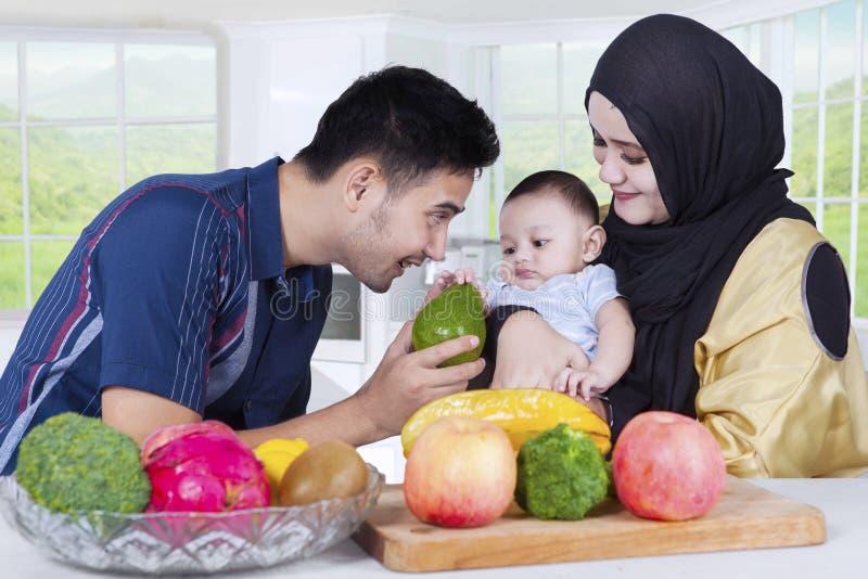 烹调在厨房里的亚洲家庭 免版税库存图片