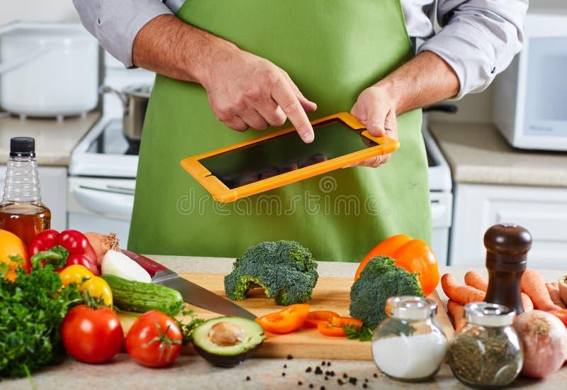 烹调在厨房里的厨师人 免版税图库摄影