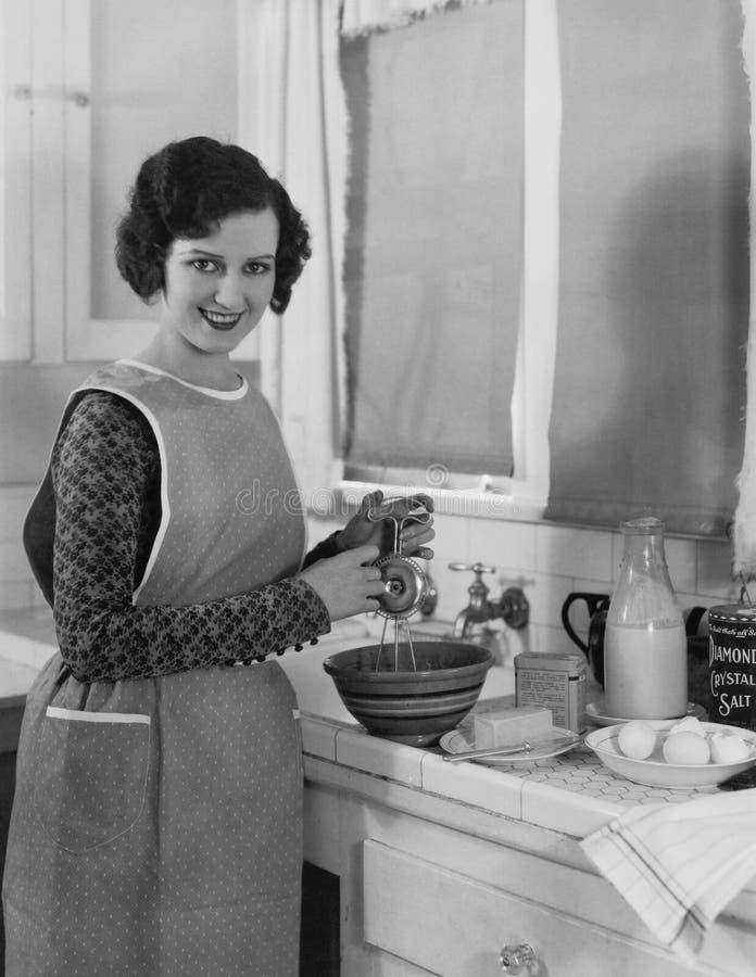 烹调在厨房里的妇女 库存照片