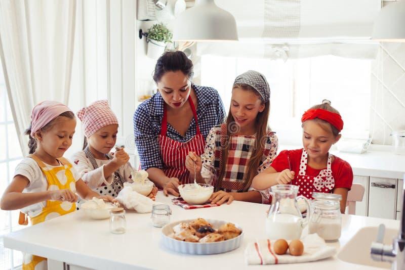 烹调在厨房里的子项 图库摄影