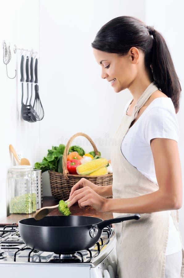 烹调在厨房里的家庭厨师 库存照片