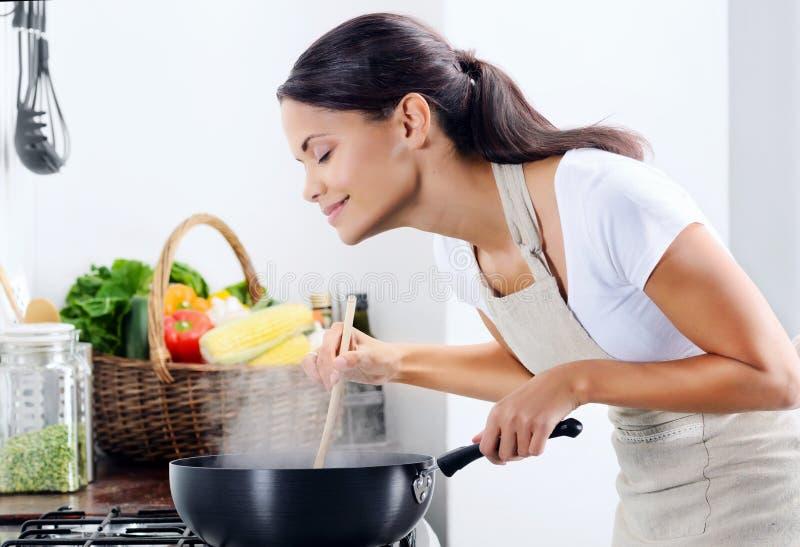 烹调在厨房里的家庭厨师 免版税图库摄影