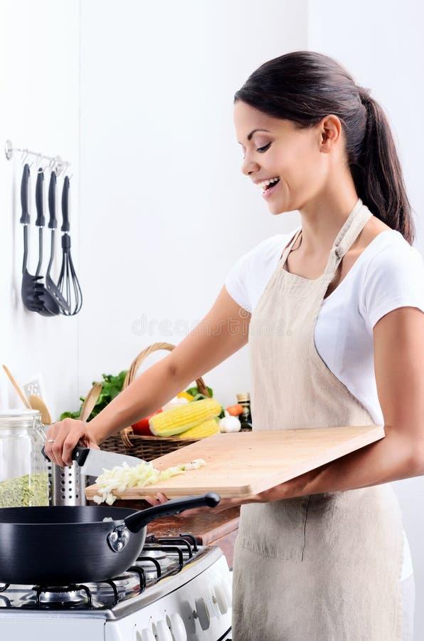 烹调在厨房里的家庭厨师 免版税库存图片
