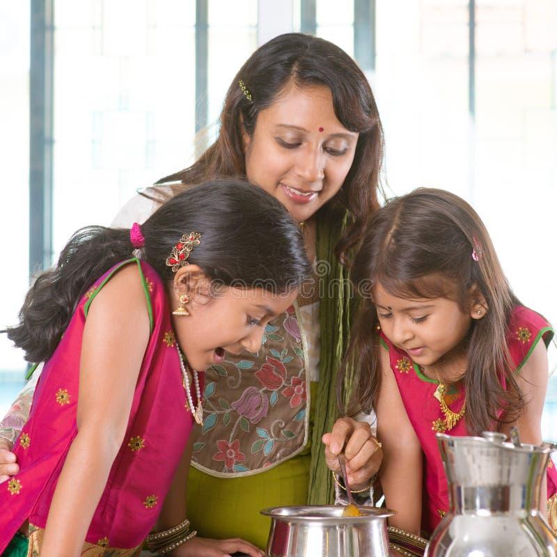 烹调在厨房里的母亲 免版税库存图片