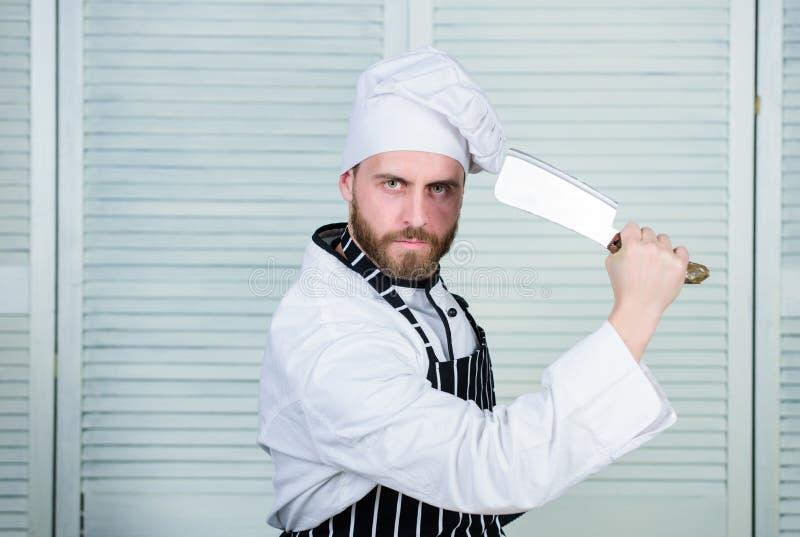 烹调在厨房里的男服围裙 人用途锋利的砍肉刀刀子 刀子的类型 快刀专业工具 ?? 库存照片