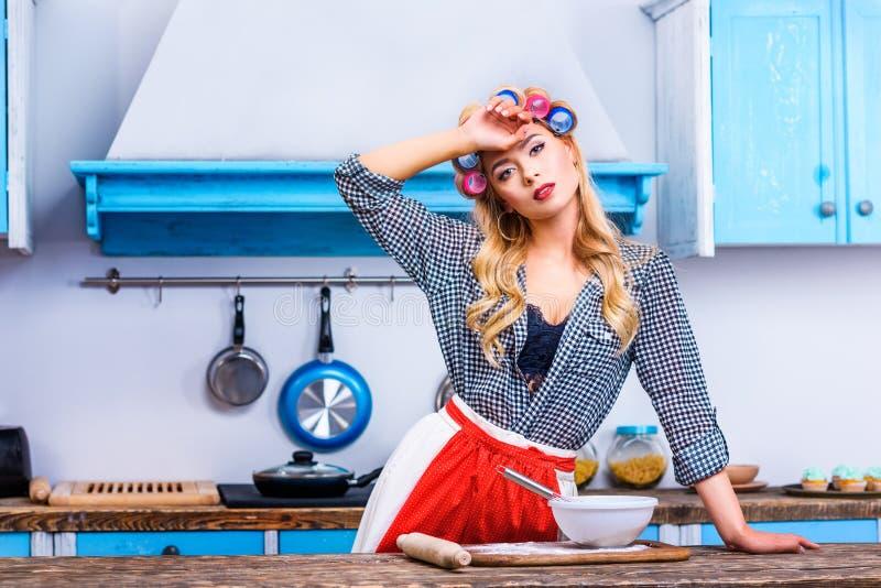 烹调在厨房里的疲乏的主妇 库存图片