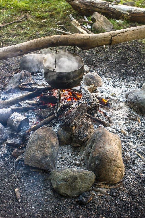 烹调在垂悬在火的大锅的一次远足 免版税库存图片