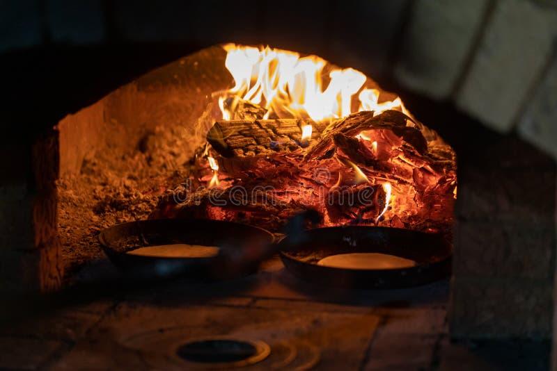 烹调在壁炉 在平底锅的薄煎饼在烤箱的火油煎 库存照片