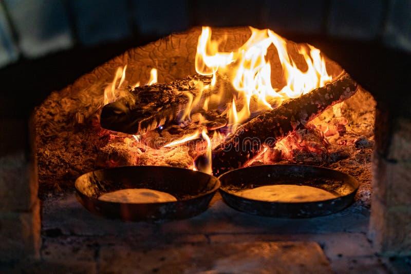 烹调在壁炉 在平底锅的薄煎饼在烤箱的火油煎 图库摄影