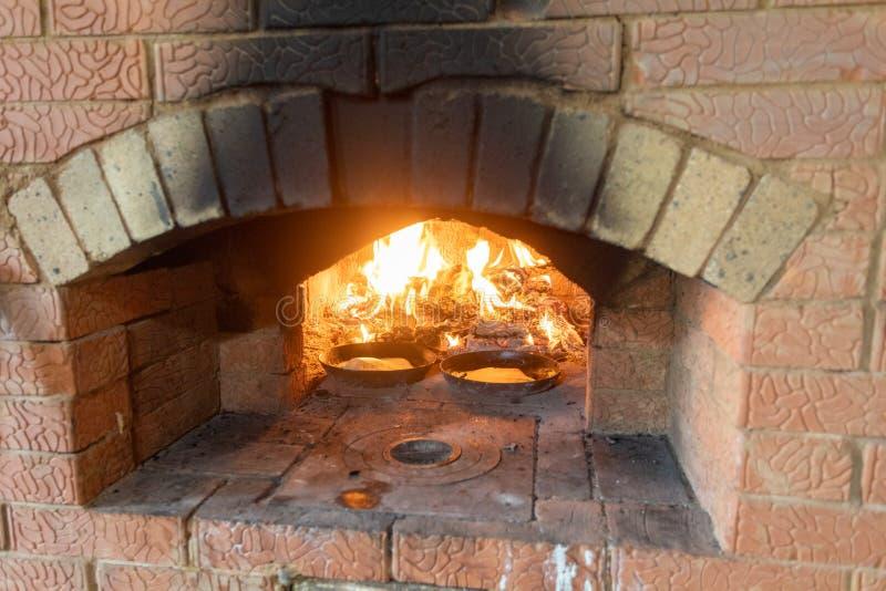 烹调在壁炉 在平底锅的薄煎饼在烤箱的火油煎 库存图片